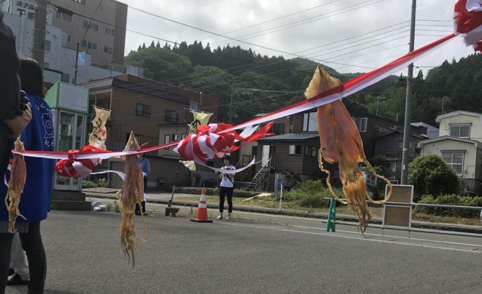風になびくスルメイカのテープ ゆかい村海鮮どんぶりまつり2018