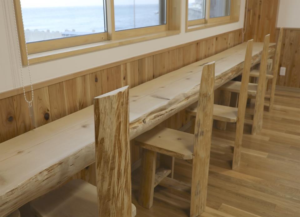津軽海峡を望むヒバ造りのカウンター席 下風呂おんせん食堂