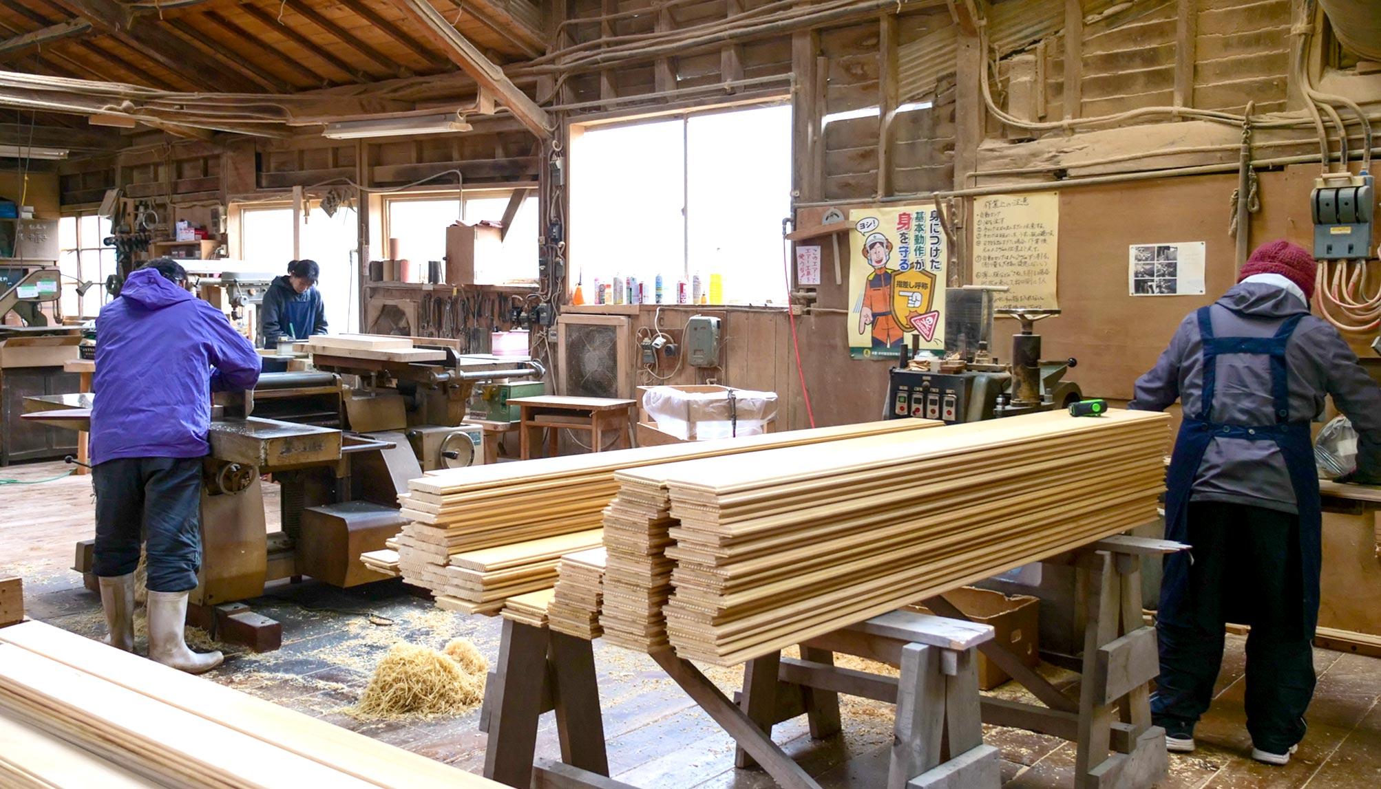 ヒバ木材の切断作業中